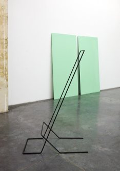 Nina Roussière, Sculpture 01, 2017, silicone et acier, 130 x 55 cm et Résonnance verte, 2017, plexiglas et peinture de carrosserie, 2 x 2 m
