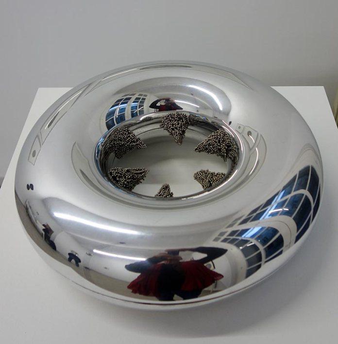 Vladimir Skoda, Tore pointu, 2011-2017, aluminium poli miroir, diam 35 x 11 cm, billes en acier, diam 2mn, 1 kg