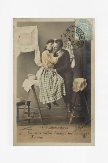 « La Blanchisseuse », extrait d'une série de cinq cartes postales, Paris, entre 1862 et 1905. Carton, impression couleur. Collection Mucem © Mucem/Yves Inchierman