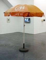 Benoît Broisat, «Parasol de Phnom Penh» de la série «Les Témoins» - Escape au Frac Occitanie Montpellier