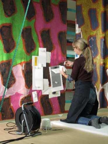 Nébulisation d'adhésif sur l'oeuvre de Claude Viallat, Sans Titre, 1993, favorisant le maintien des écailles de la couche picturale © Carole Husson