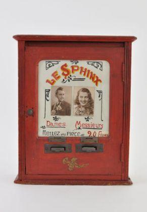Automate de voyance « Le Sphinx », France, 1ère moitié du 20e siècle Mucem © Mucem. Dans les années 1930, à cause d'une nouvelle législation, les cafés et bars ont dû transformer leurs machines à sous. Beaucoup sont devenus des automates de voyance, comme Le Sphinx. Pour une modique somme, cette machine vous révélait l'identité de votre âme soeur. Richard, trente‐deux ans, professeur d'escrime, ou Louis, vingt‐trois ans, garçon épicier ? Léonie, vingt‐huit ans, couturière, ou Ginette, vingt ans, dactylographe ? Qui emmener jusqu'à l'autel ? Le Sphinx connaît votre avenir amoureux!