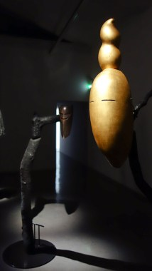 Simon Starling, At Twilight, 2014-2016 ( masque ) - A l'ombre du pin tordu - MRAC Sérigan