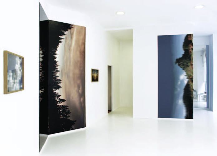 Stéphanie Majoral, By the lake #2, 2018 – In between à Iconoscope. impression HP latex sur wall paper PVC free 175 G, polycarbonate et film vinyl solaire argent, 240 x 295 cm