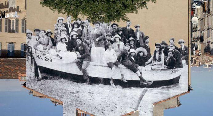 UNFRAMED, un groupe posant dans une barque amarrée sur la plage revu par JR, Marseille vers 1930, Marseille, France, 2013