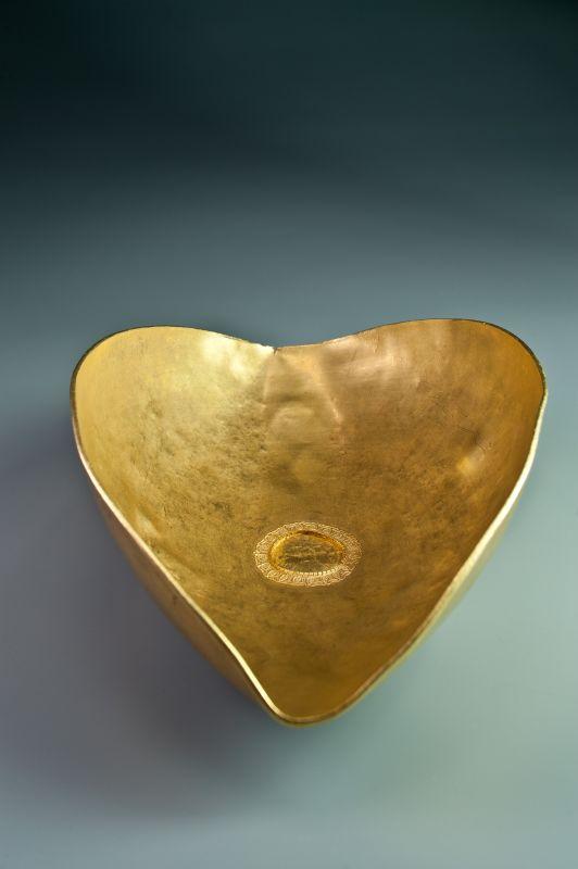 Plat en or avec anneau de suspension, « Trésor de Lava », IIIe siècle apr. J.-C. Or, 23,5 × 16 × 7,5 cm. DRASSM-MC, Marseille © Teddy Seguin