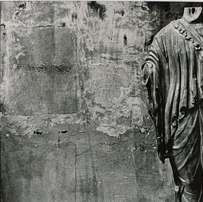 Christian Milovanoff, Statue féminine antique de Nîmes, La Vénus de Nîmes, 1987, épreuve aux sels d'argent, chlorobromure, 40 x 41 cm. Don de l'Association des Amis du Musée d'Art Contemporain et du Musée des Beaux-Arts en 1992. © Christian Milovanoff. Des archipels à Carré d'art – Nîmes