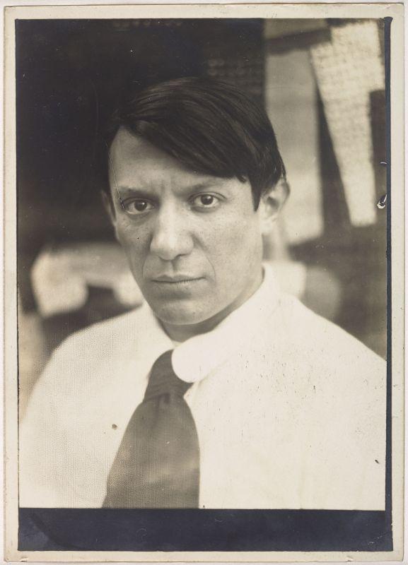 Anonyme, Portrait de Picasso dans l'atelier de la rue Schoelcher, Paris, 1915-1916 Epreuve gélatino-argentique, 18 x 12,9 cm Musée national Picasso-Paris Fonds photographiques © Succession Picasso, 2018