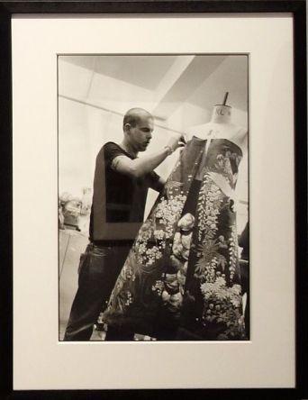 Ann Ray, Lee McQueen dans son atelier, Londres, 2000 - Les Inachevés- Lee McQueen - Rencontres Arles 2018