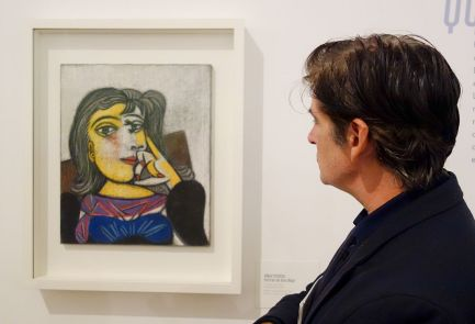Jean-Marc Prevost devant le Portrait de Dora Maar, 1er octobre 1937