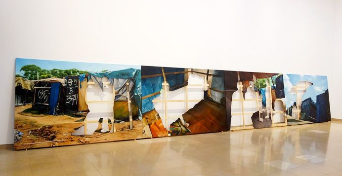 Khalil Rabah - Acampamento Vila Nova Palestina, 2017 et Bem Vimdo Vila Nova Palestina, 2017 - Exposition Ligne de fuite - Carré d'art - Nîmes. Huile sur toile, 1200 x 800 cm, 200 x 300 cm chaque, 4 parties. Courtesy de l'artiste et Sfeir-Semler Gallery, Beyrouth/Hambourg.