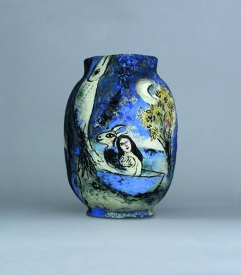 Marc Chagall Le songe 1952 Vase, pièce moulée, terre blanche, décor aux engobes et aux oxydes, gravée au couteau et à la pointe sèche, émail partiel au pinceau, doublée de couverte à l'intérieur 33,7 x 23,3 x 23,3 cm Collection particulière © ADAGP, Paris, 2018 © Archives Marc et Ida Chagall, Paris