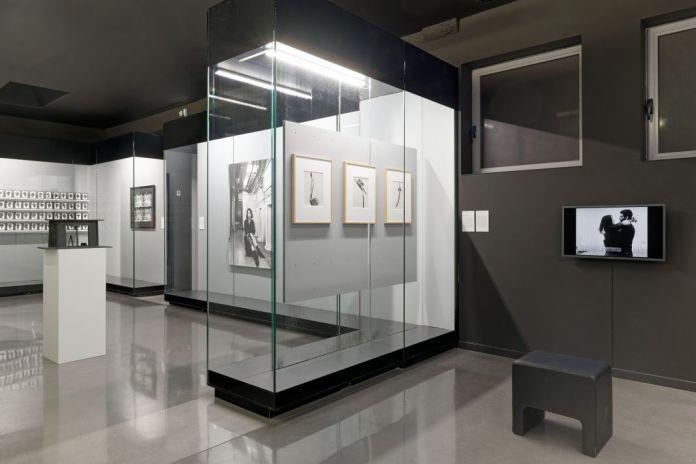 Isabelle Cornaro - Cabinet graphique - Vue de l'exposition « Blue Spill » d'Isabelle Cornaro, Mrac Sérignan. Photo Aurélien Mole