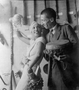 Josephine Baker et Georges Henri Riviere devant une vitrine de l'exposition sur la mission Dakar-Djibouti au musée d'Ethnographie du Trocadéro, 1933. © Boris Lipnitzki/Roger-Viollet ; cliche © Mucem