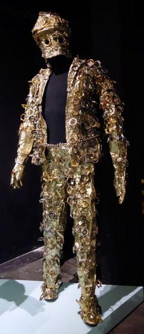 Junior Mongongou, dit 10 Bureaux (né en 1985 à Kinshasa ; vit et travaille à Kinshasa) Souvenirs (2018) Costume confectionné en aluminium et en cadrans de montres