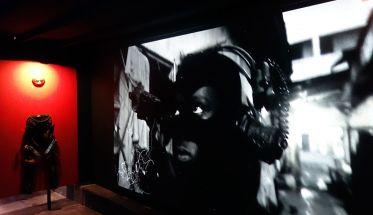 Kongo Astronauts (Eléonore Hellio, Bebson Elemba et Danniel Toya) - Postcolonial Dilemna Track #04 Remixed (2018) Installation Vidéo (8'39), objets confectionnés à partir de matériaux trouvés et recyclés Avec l'aimable autorisation des artistes
