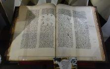 Manuscrit en latin du XIVe siècle - Exposition Verdigris- le noir en filigrane au musée Médard Lunel
