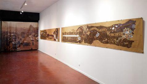 Mega Mingiedi (né en 1976 à Kinshasa ; vit et travaille à Kinshasa) Kinshasa I, Kinshasa II (2018) Technique mixte sur papier kraft 70x450 cm ; 70x450 cm Avec l'aimable autorisation de l'artiste