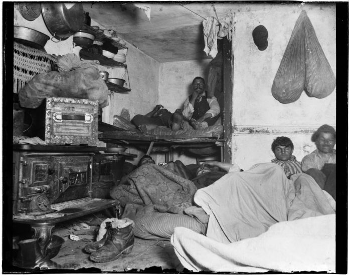 "Jacob Riis Lodgers in Bayard Street Tenement, Five Cents a Spot, 1889 Diapositive lanterne présentant ""The Other Half and How They Live: Story in Pictures,"" dans Christians at Work, ctes de la sixième Convention des travailleurs chrétiens aux États-Unis et au Canada, Washington, DC Première église congrégationnelle, novembre 1891. Avec l'aimlable autorisation de Walead Beshty Studios, Inc."