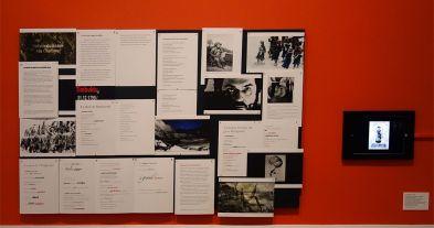 Alexander Kluge, Panneau d'affichage et Un opéra qui provoqua une révolution, 2018 - James Ensor et Alexander Kluge - Siècles noirs à la Fondation Van Gogh Arles