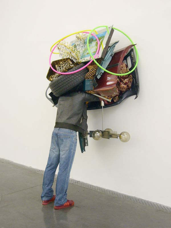 Daniel Firman, Trafic, 2002 - Plâtre, vêtements, objets divers 220 x 130 x 80 cm - Dépôt du Centre national des arts plastiques Photo : C. Perez/FRAC OM