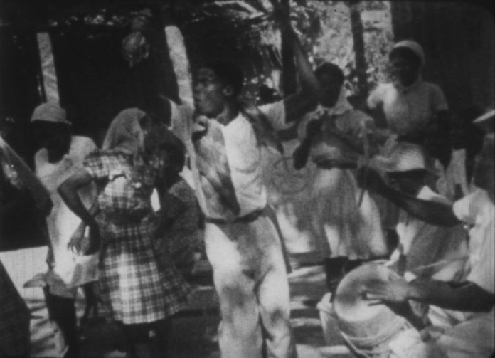 Maya Deren, Divine Horsemen : The Living Gods of Haiti, 1947-1951. Film 16mm, noir et blanc, son, extrait de 3'07 (durée totale 55') © Light Cone (Paris) & l'ayant-droit