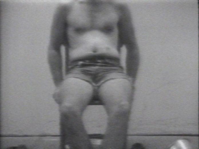 William Wegman, Stomach Song, 1970-1971. Film, noir et blanc, son, 1'20 (extrait de Reel 1, durée totale 30'12). Electronic Arts Intermix, New York © William Wegman / EAI
