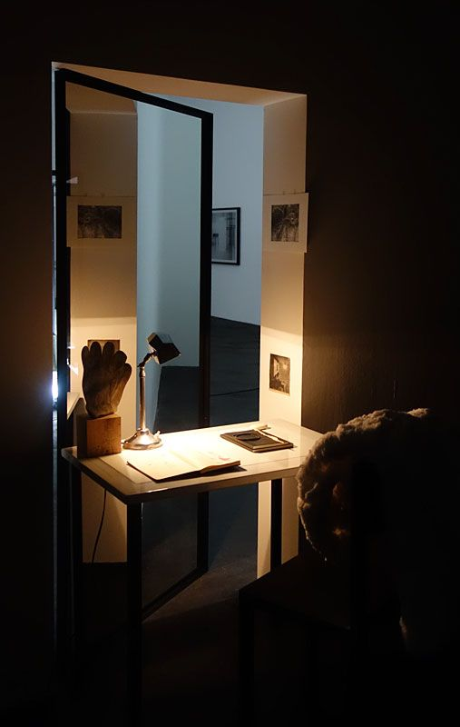 Laura Lamiel - Les yeux de W (2), 2018. Table en acier émaillé, chaise en acier, lampe, stéréoscope, dessin, divers éléments – dimensions variables. Production CRAC Occitanie.