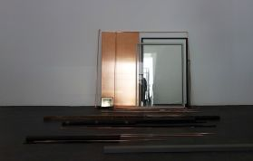 Laura Lamiel - Passageway, 2016. Cellule en acier peint, aluminium, cuivre, gomme, chaussures, chaises, 43 dessins, miroirs, divers éléments – Dimensions variables.