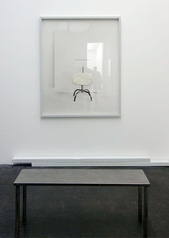 Laura Lamiel - Sans titre, 2019. Impression baryté contrecollée sur Dibond, fourrure synthétique, encadrement en bois, banc en acier – 125 × 155 × 4 cm. Production CRAC Occitanie.