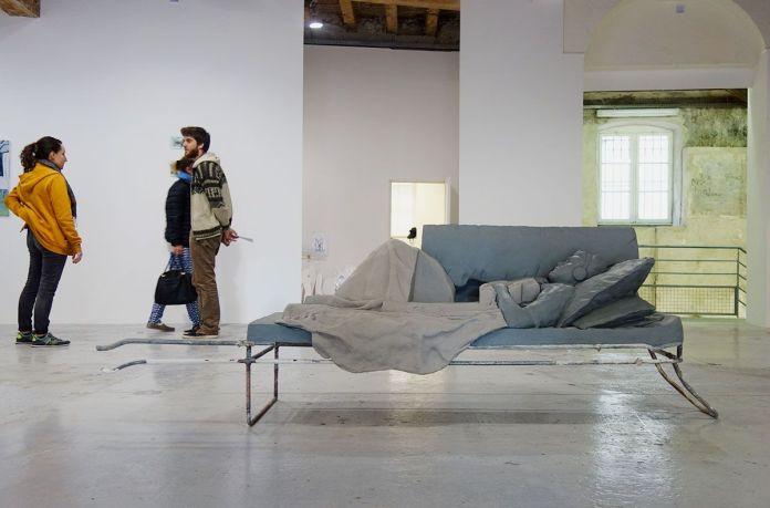Adrien Menu - Ennui sauvage, 2019, acier, résine acrylique, 86 x 265 x 62 cm. Sud magnétique - Vidéochroniques