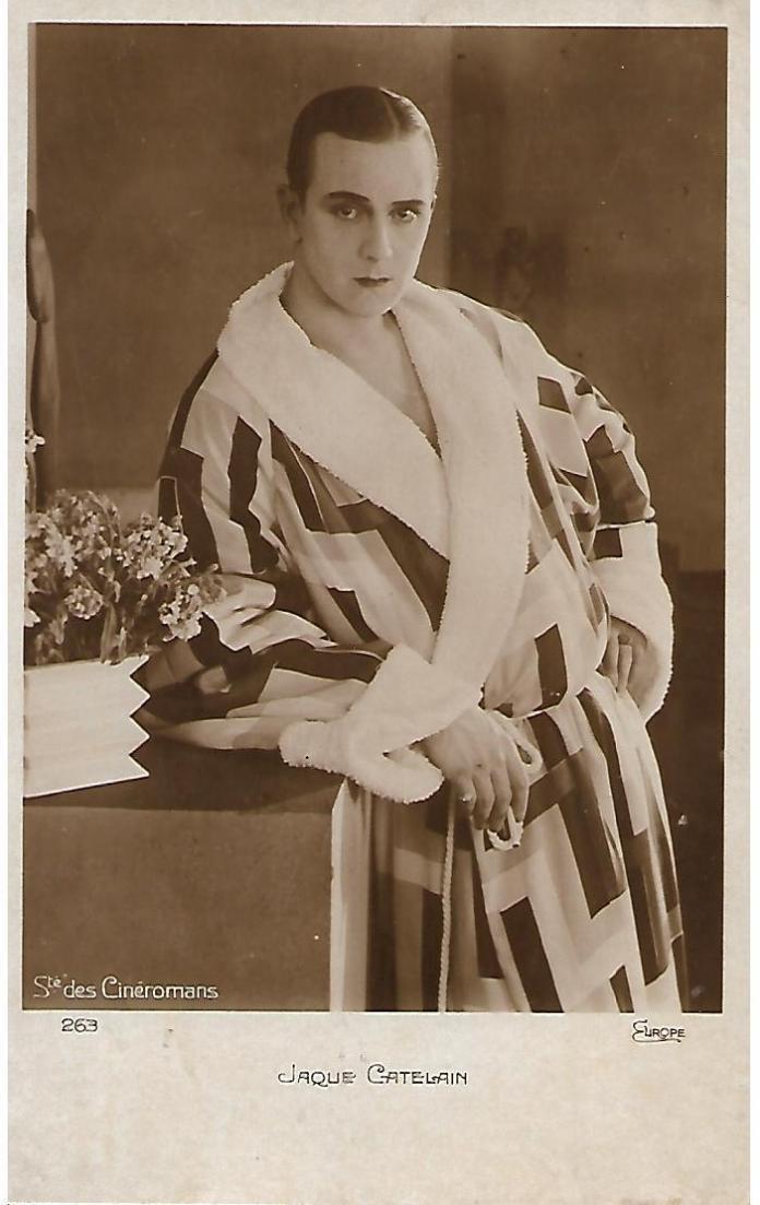 Portrait de Jaque Catelain en peignoir « simultané » de Sonia Delaunay. Photographie tirée du tournage du film « Le Vertige » de Marcel L'Herbier, 1926. Tirage argentique sur papier. Carte photo N°263 de la Société des Cinéromans, 1926. Format hors cadre : 14 x 9 cm.