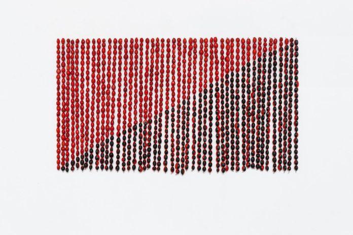 Rometti Costales - Le drapeau de l'Anarquismo Mágico, 2013Graines de huayruro, fil de cuivre. 44 x 30 cm. Courtesy des artistes, collection KADIST