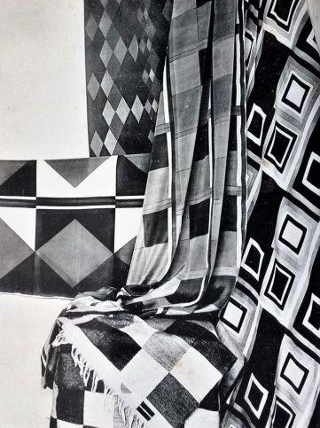Anonyme - Agencement de tissus simultanés de Sonia Delaunay. Planche photographique tirée de l'Encyclopédie des Métiers d'art, Décoration Moderne, Paris, vers 1925. Format hors cadre : 23 x 17 cm. – à Moderne/s.