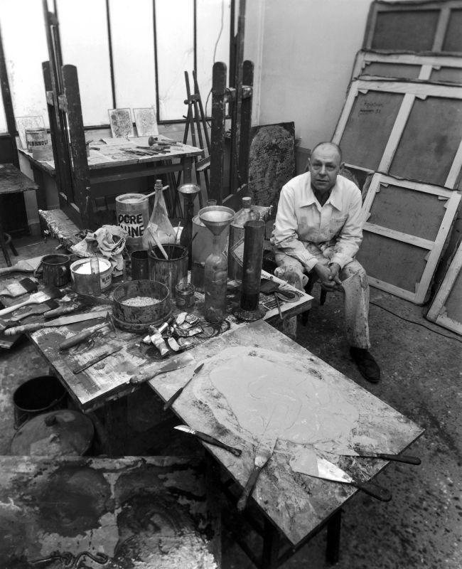 Robert Doisneau, Jean Dubuffet dans son atelier, 1951, photographie Collection Agence Gamma-Rapho © Robert Doisneau/GAMMA RAPHO.