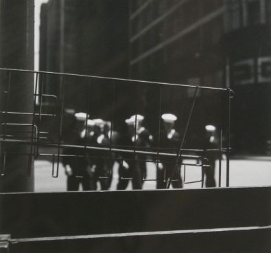 Ray K.Metzker Sailors , Chicago 1958 Tirage sur papier aux sels d'argent © The Estate of Ray Metzker / Courtesy Howard Greenberg Gallery, New York
