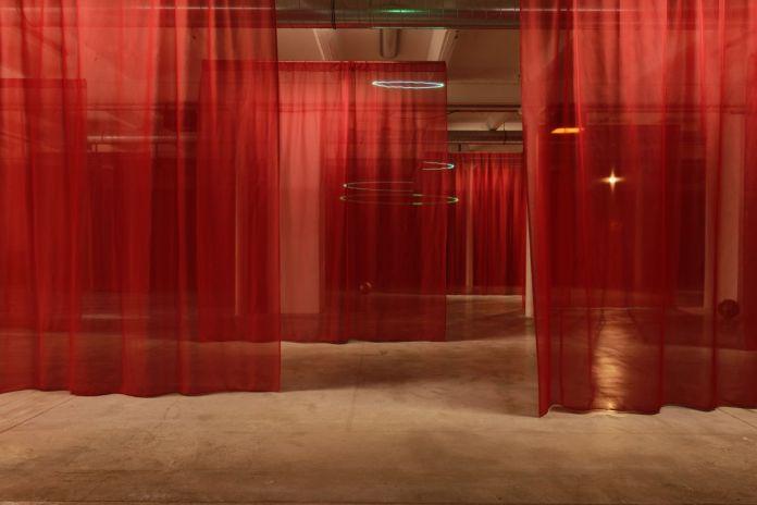 Paul Maheke, OOLOI, exposition personnelle, Triangle France - Astérides, Friche la Belle de Mai, Marseille, 2019. Crédit photo Aurélien Mole