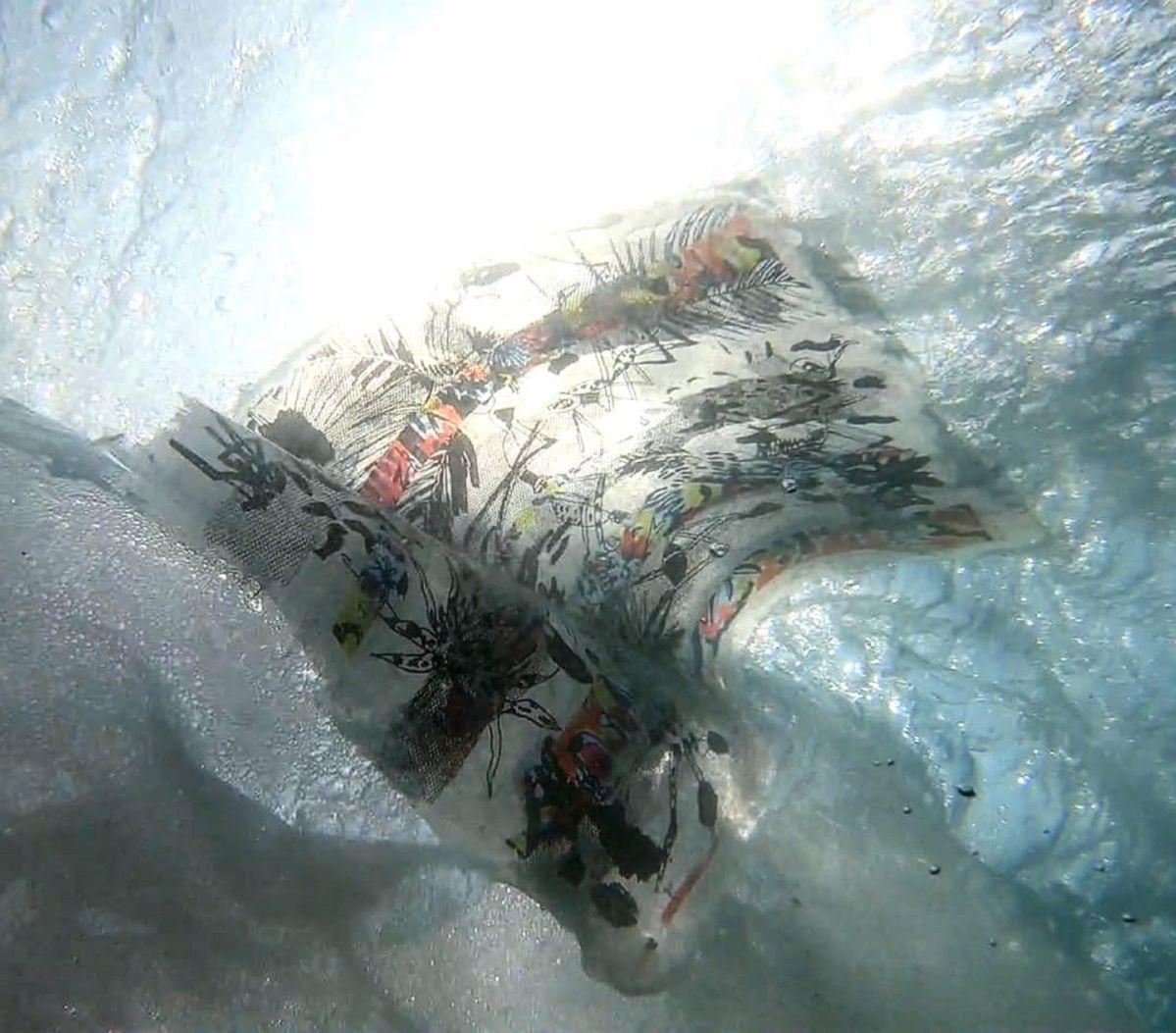 Estrid Lutz, Mosquitoes disappears in ground swells, 2019, capture video, Zicatela, Puerto Escondido