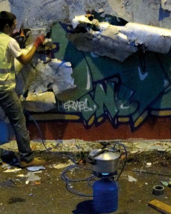 Ugo Schiavi et Thomas Teurlai - Looters will be shot - Vue d'un «dépeçage» de mur en cours, 2012