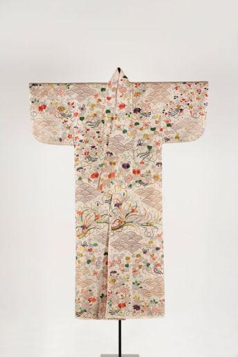 Kosode à décor de vagues et de fleurs (pivoines, iris, chrysanthèmes et mauves), vers 1800, Damas de soie (rinzu) peint, imprimé et brodé, filé d'or, 165 cm x 121,5 cm, Musée national des arts asiatiques - Guimet à Paris, Legs Krishnâ Riboud (2003), MA 10640 (AEDTA 2740) Photo : © Christian Moutarde