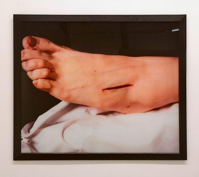 Andres Serrano - Rat poison suicide, II de la série The Morgue, 1992 - Pouvoir(s) au Centre Photographique Marseille