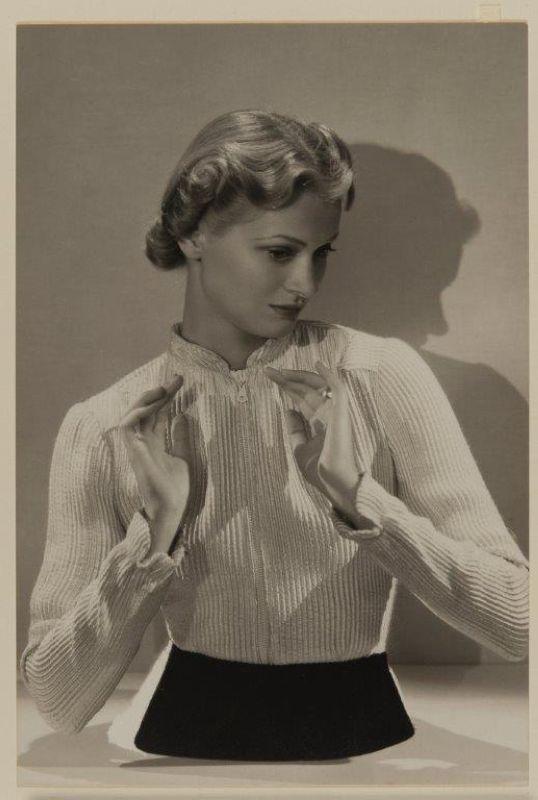Man Ray - Photographie de mode (publiée dans Harper's Bazaar de novembre 1936), 1936
