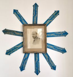 Mr Modest (dessin poussière), Photographie, poussière (archives) - gethan&miles et Les Excursionnistes Marseillais - Anatomie de la joie collective