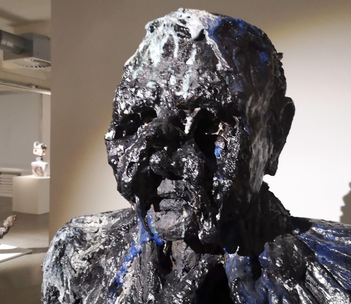 Anne Wenzel - Damaged Goods (Bust; Large- Blue- White), 2013 (Détail) - Street Trash - Friche La Belle de Mai