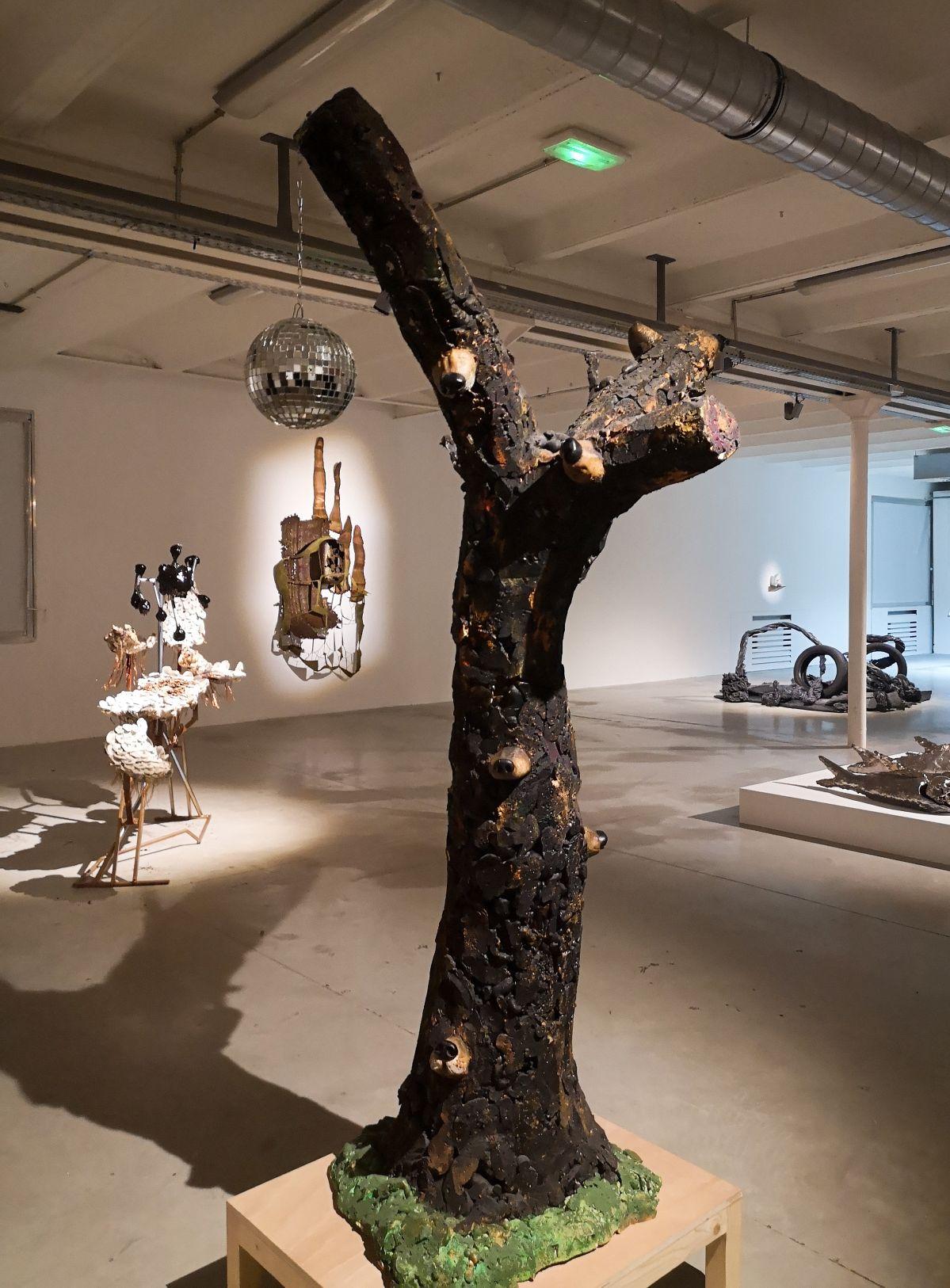 Arnaud Labelle-Rojoux - L'arbre aux museaux (museaux, musette), 2002 - Street Trash - Friche La Belle de Mai