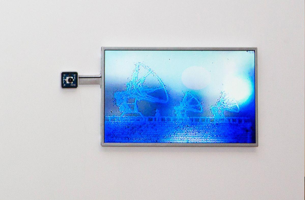 Julien Maire - Composite, 2018-20 – installation hybride qui mixe une technique de gravure traditionnelle à un procédé de captation vidéo.