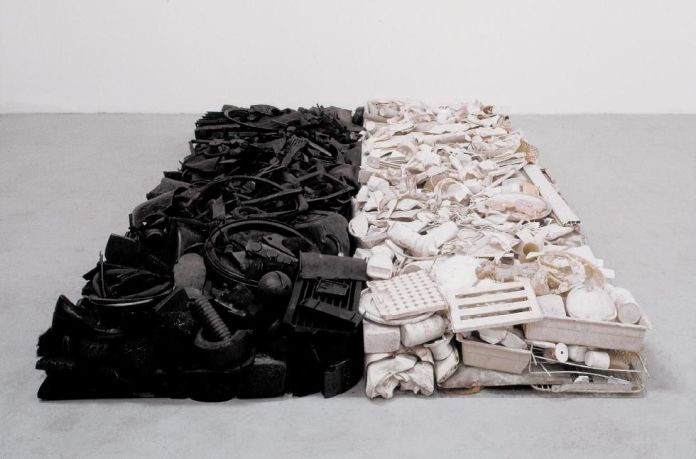 Tony Cragg - Black and White Stack, 1980 - Recyclage/Surcyclage à la Villa Datris - Isle-sur-la-Sorgue