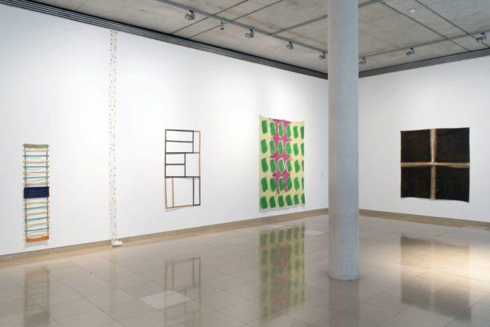 Accrochage 2020 de la collection à Carré d'Art - Salle 1- Claude Viallat, Daniel Dezeuze et Noël Dolla - Photo (c) C. Eymenier