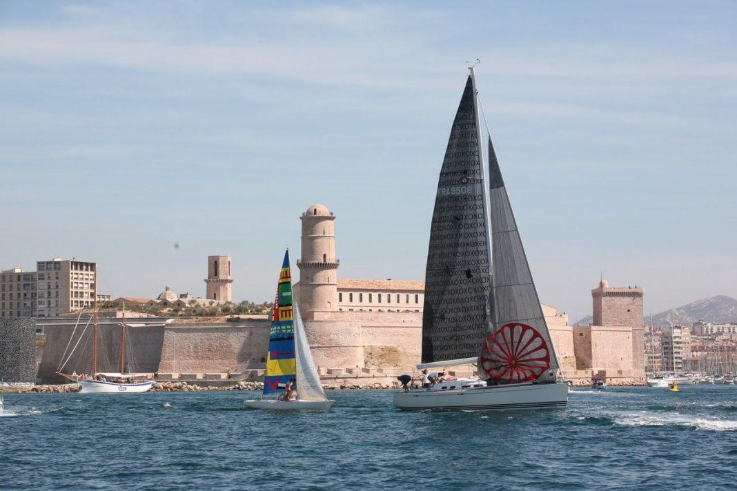 Art-O-Rama 2020: Avec le vent..., Marseille, 2016 - Voiles de gauche à droite Philip Metten, Ouragan, Karl Holmqvist, Luca Vitone (c) Curious037 et les artistes