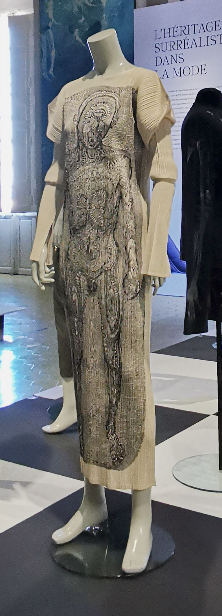 Tim Hawkinson - Robe longue « Bathtub Generated Contour Lace », 1998 - L'héritage surréaliste dans la mode au Château Borély - Grand Salon